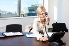 bizneswomanu telefonu target2191_0_ Obrazy Royalty Free