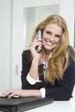 bizneswomanu telefonu target4182_0_ zdjęcie royalty free