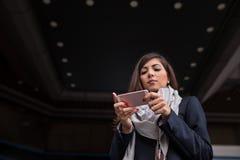 Bizneswomanu texting Zdjęcie Stock