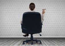 Bizneswomanu Tylny obsiadanie w krześle z cygarem i drewnianą podłoga Fotografia Stock
