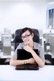 Bizneswomanu uściśnięcia laptop przy biurem Obrazy Stock