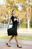 Bizneswomanu uśmiechnięty odprowadzenie Obraz Royalty Free