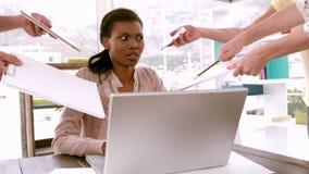 Bizneswomanu uczucie przytłaczający przy biurkiem