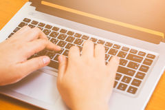 Bizneswomanu use komputer na biurku drewnianym Obraz Royalty Free