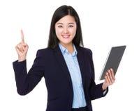 Bizneswomanu use pastylka i palec wskazujemy up Obraz Royalty Free