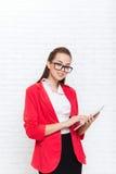 Bizneswomanu use pastylki dotyka ekranu odzieży kurtki komputerowych czerwonych szkieł szczęśliwy uśmiech Zdjęcie Stock