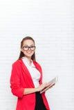 Bizneswomanu use pastylki dotyka ekranu odzieży kurtki komputerowych czerwonych szkieł szczęśliwy uśmiech Obraz Stock