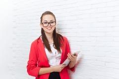 Bizneswomanu use pastylki odzieży kurtki komputerowych czerwonych szkieł szczęśliwy uśmiech Zdjęcia Stock