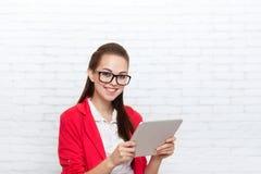 Bizneswomanu use pastylki odzieży kurtki komputerowych czerwonych szkieł szczęśliwy uśmiech Zdjęcia Royalty Free