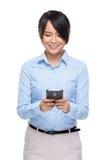 Bizneswomanu use telefon komórkowy Zdjęcie Stock