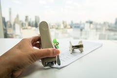 Bizneswomanu use zszywacza ciągnienia zszywka od dokumentów Zdjęcie Stock