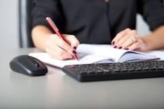 Bizneswomanu writing Obraz Royalty Free