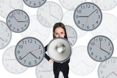 Bizneswomanu wrzask megafon wśród zegarów Zdjęcie Royalty Free