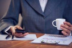 Bizneswomanu wysylanie sms w biurze Obrazy Stock