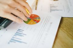Bizneswomany analizuje dane pieni??nych raporty na drewnianym stole zdjęcie stock