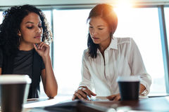 Bizneswomany dyskutuje biznesowych pomysły przy biurem Zdjęcia Royalty Free