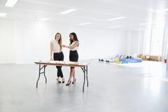 Bizneswomany dyskutuje plany dla biurowego wewnętrznego projekta zdjęcia royalty free