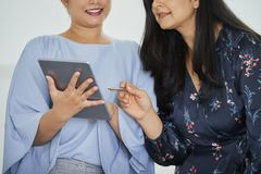 Bizneswomany dyskutuje raport fotografia royalty free