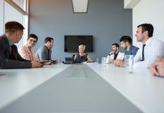 Bizneswomany ma dyskusję na biznesowym spotkaniu zdjęcia royalty free