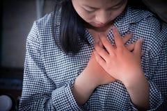 Bizneswomany ma klatka piersiowa ból, atak serca obraz royalty free