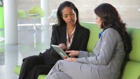 Bizneswomany Na kanapie I Używać Cyfrowej pastylkę zbiory