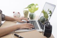 Bizneswomany pisać na maszynie na komputerowej laptop klawiaturze Fotografia Royalty Free