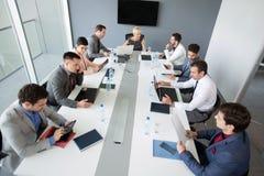 Bizneswomany pracuje na pomysle na biznesowym spotkaniu zdjęcia royalty free