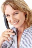 Bizneswomany target534_0_ przy kamerę podczas gdy na telefonie Fotografia Stock
