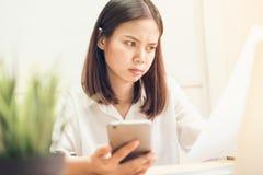 Bizneswomany używają telefon i widoku kontrakt dokumentuje transakcje biznesowe zdjęcia stock