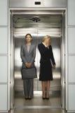Bizneswomany W Biurowej windzie Zdjęcie Royalty Free
