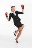Bizneswomany w bokserskich rękawiczkach. obrazy stock