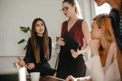 Bizneswomany w dyskusji przy biurem zdjęcie royalty free