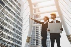 Bizneswomany wskazuje przy miejscem dla konstruować odnawić budowę Zdjęcie Stock