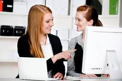 Bizneswomany z Laptopem i Komputerem zdjęcia royalty free