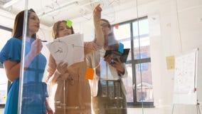 Bizneswomany z pasztetową mapą na biurowym szkle wsiadają zdjęcie wideo