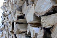Björkvedträ för att värma hemmet och trädgården arkivbild