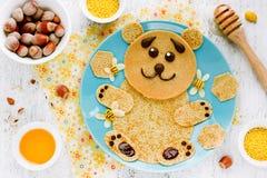 Björn-formade pannkakor med honung och muttrar - idérik idé för chi Royaltyfria Bilder