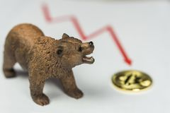 Björn med guld- Bitcoin Cryptocurrency och röd graf Wall Street för björnmarknad finansiellt begrepp fotografering för bildbyråer
