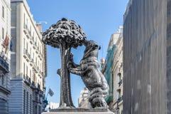 Björn- och jordgubbeträdstaty i Madrid, Spanien. Royaltyfri Fotografi