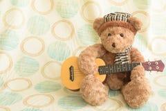 Björnar spelar gitarren för gyckel Royaltyfri Fotografi