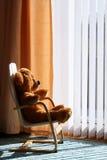 björnchilds som kopplar av solskennalle Arkivbild