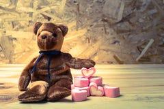Björndocka med marshmallowhjärta Royaltyfria Bilder