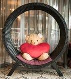 Björnen och den röda hjärtan Arkivbild