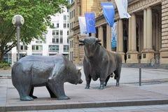 Björnen och tjuren skulpterar framme av den Frankfurt börsen, Tyskland Royaltyfri Bild
