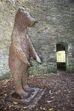 Björnen Pit Sculpture Sheffield Botanical Gardens södra Yorkshi Arkivbilder