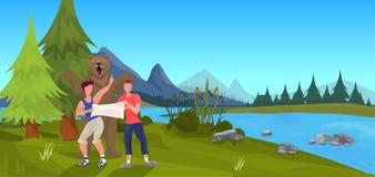 Björnen som anfaller turist- män, rymmer lägenheten för bakgrund för landskapet för expedition för översiktsskogberget den utomhu royaltyfri illustrationer