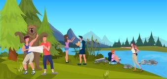 Björnen som anfaller turist- män, rymmer lägenheten för bakgrund för landskapet för expedition för översiktsskogberget den utomhu stock illustrationer