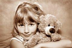 björnflicka henne nallebarn Arkivfoton