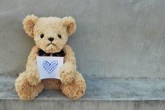 Björnhållpapper som har blå hjärta Fotografering för Bildbyråer