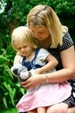 björnmoder som visar till litet barn Arkivfoton